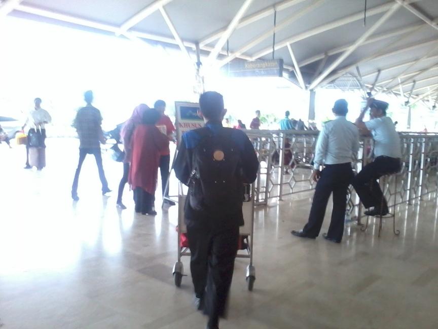 Kanda Sukandi segera memasuki ruang tunggu bandara